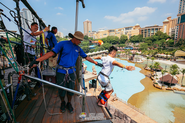 The moment before YuHang take the leap of faith for the Bungee Jump in Sunway Lagoon