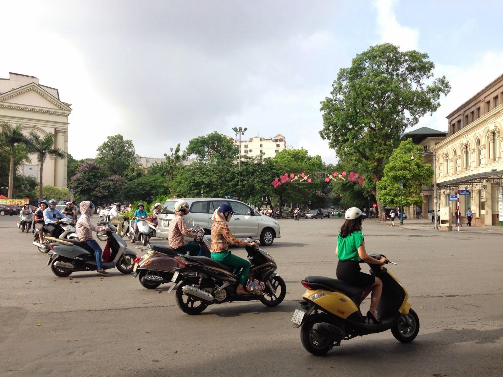 Many-motorbikes-hanoi-Vietnam