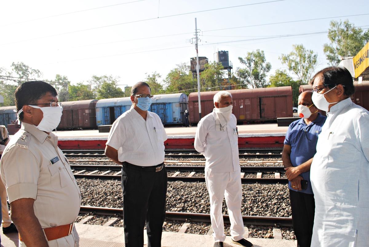 गुजरात के जुनागढ़ से मेघनगर पहुंचे मजदूरों को बसों से गन्तव्य स्थल रवाना किया