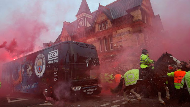 Suporter Liverpool lempar Botol ke Manchester City