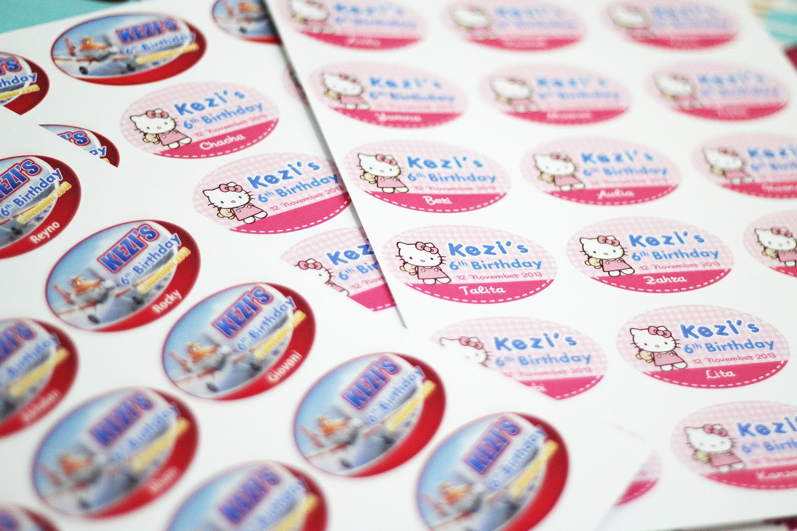 Comment on this picture ulang tahun anak contoh undangan kartu apps - Stiker Ulang Tahun Hello Kitty Dan