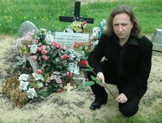 Photo de Philippe R. Welté sur la tombe de Mary Jane Kelly