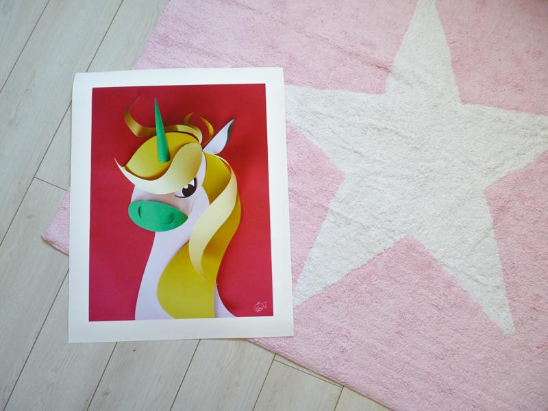 Décoration de la chambre de ma fille avec une illustration de poney en papiers découpés, lampe ananas, couronne de princesse et lampe rose imprimés scandinaves