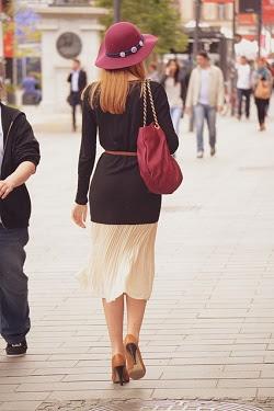 Moteris eina gatve su rankine ant peties