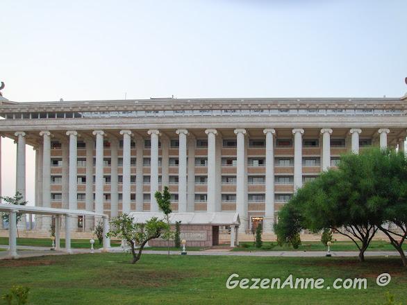 tarihi Artemis tapınağının bir benzeri olarak inşa edilen Kaya Artemis otelin ihtişamlı binası, Kıbrıs