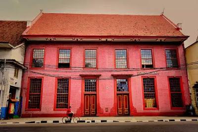 toko merah di kawasan kota tua jakarta