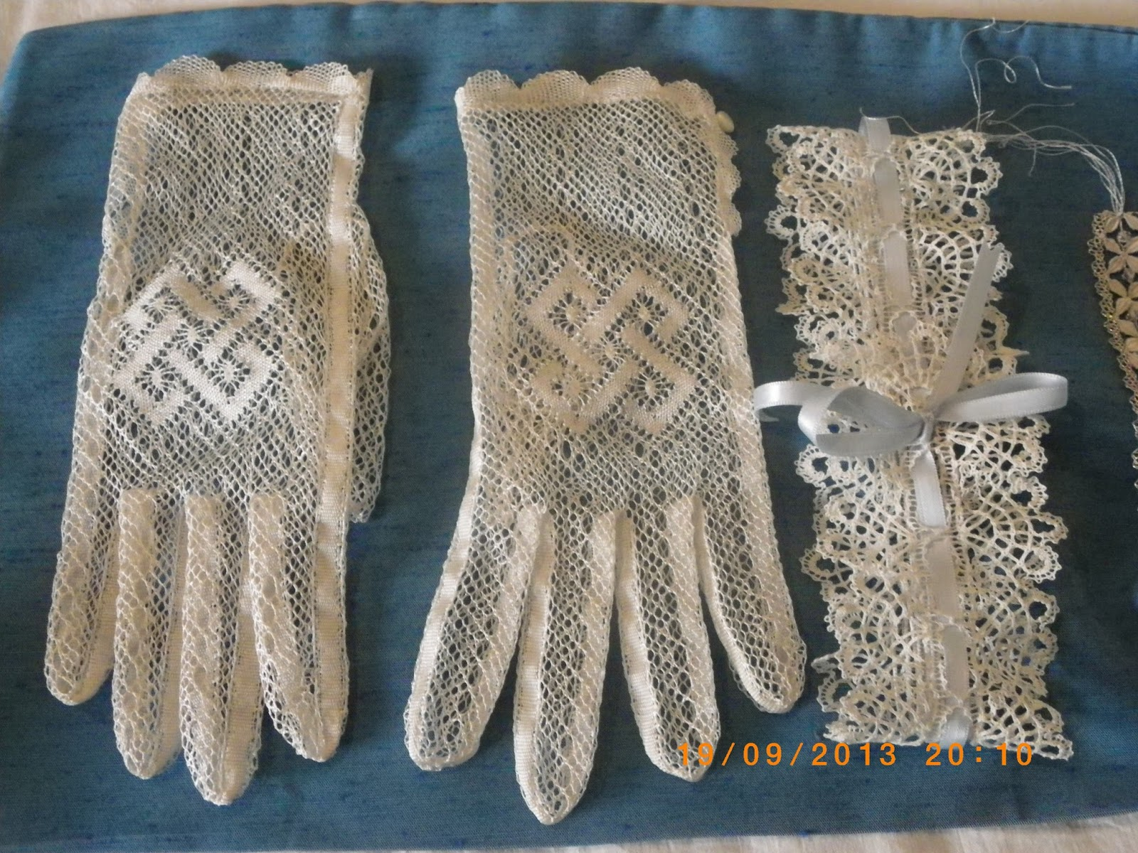 Labores de artesanía: Guantes de encaje de bolillos