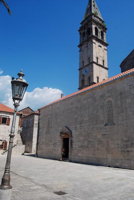 l'église de Saint-Nicolas est située sur la place principale, en bord de mer. Elle remonte à 1616, mais en utilisant des styles roman et renaissance.