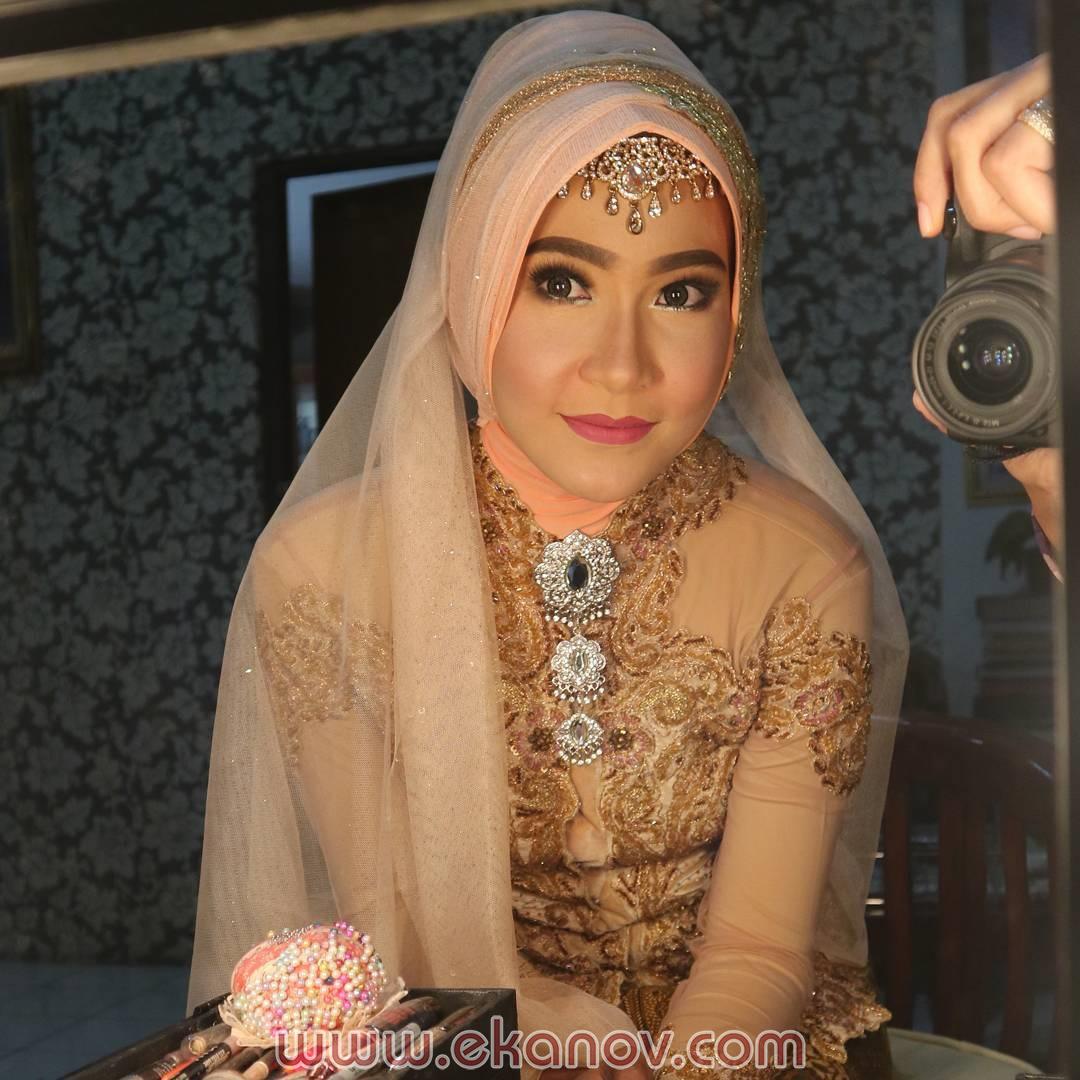 Gaya Rias Pengantin Hijab Gaya Solo