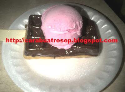 Foto Resep Waffle Ice Cream Strwaberry Topping Coklat Renyah Crispy Lembut dan Empuk Asli Enak