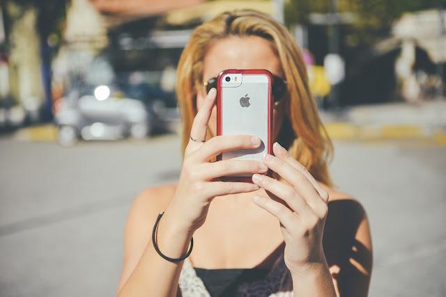 """Fakta Yang Mengejutkan, Bahwa """"Selfie"""" Menandakan Seseorang Kesepian"""