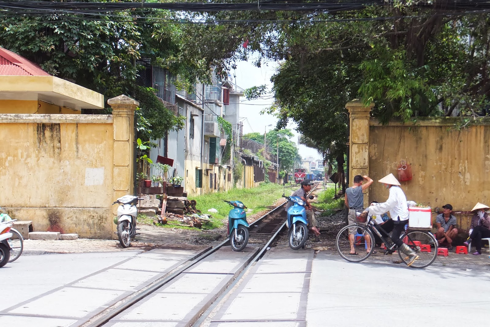 hanoi-railway-crossing ハノイ駅近くの踏切