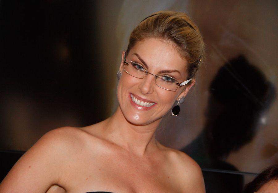 Ana Hickmann recebe o carinho do público durante feira de óculos. 914bef3ad7