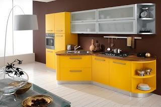 cocina en amarillo y marrón