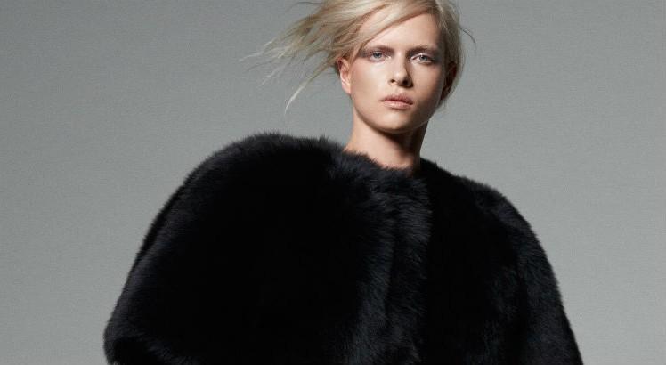 Modelo com casaco de peles