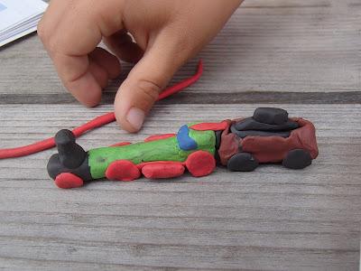 zabawy na podwórku, zabawa plasteliną, lepienie z plasteliny