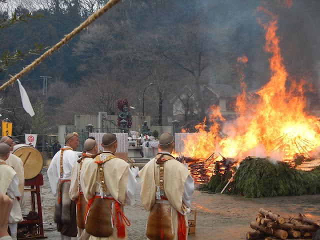 Monjes frente al fuego en el Hiwatari Matsuri del Monte Takao