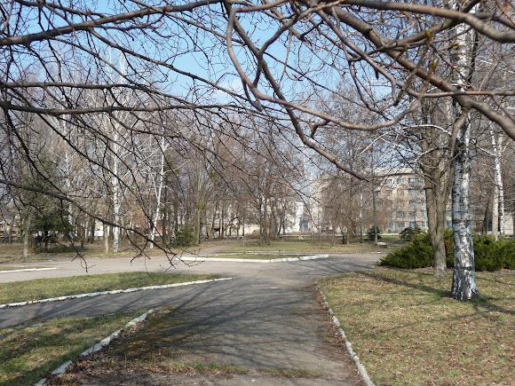Славянск. Сквер без единой лавочки