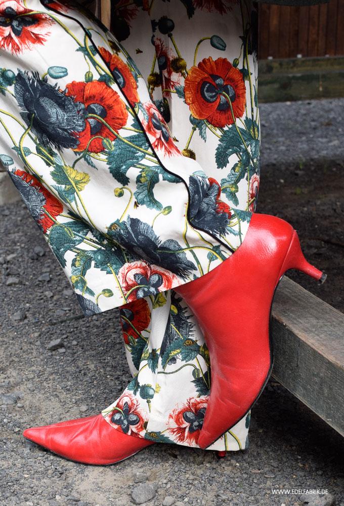 Rote stiefeletten im Alltag tragen
