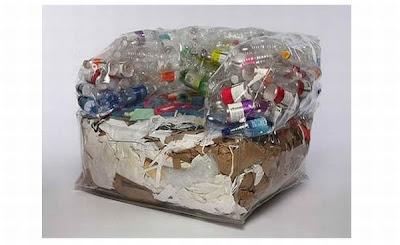 Sillón con botellas y cartón en su interior,