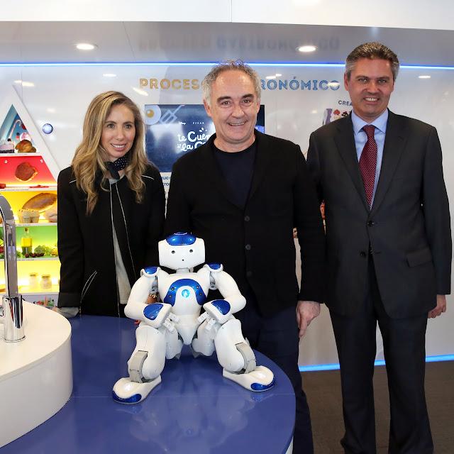Ferran Adriá con el robot Nao de la carabana de la salud