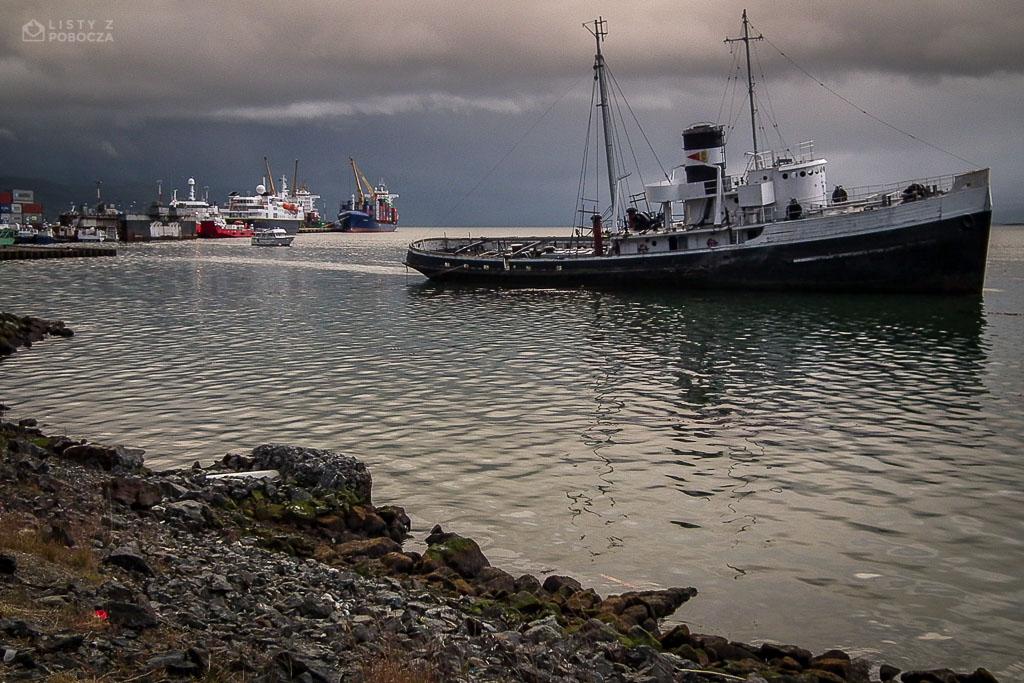 Zepsuty statek w porcie w Ushuai w Argentynie