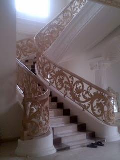 Model Railing Tangga Layang Bes Tempa Klasik rumah mewah dengan desain Khusus Ornamen Besi Tempa