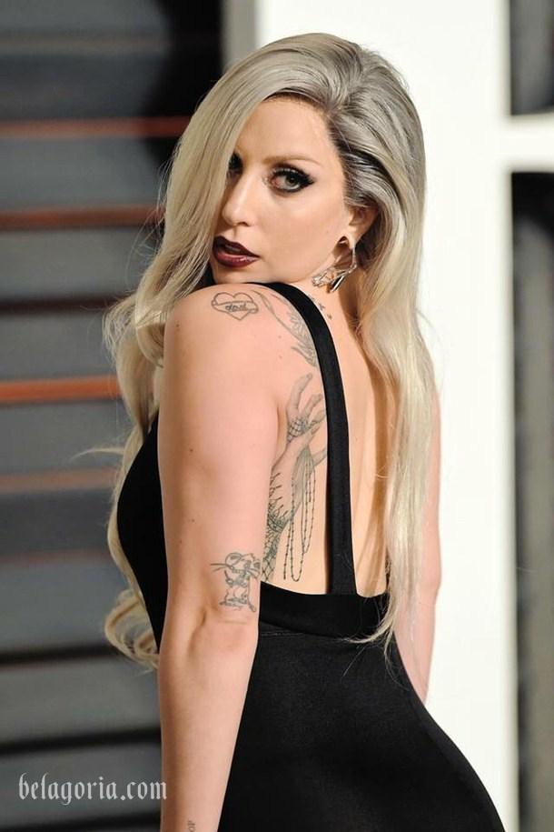 Imagen de Lady Gaga con tatuaje en las costillas