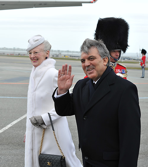 Türkçe  President Gül in Denmark 17.03.2014 Yazdır Yazıları Büyült Yazıları Küçült President Gül in Denmark     President Abdullah Gül, accompanied by First Lady Hayrünnisa Gül, has arrived in Denmark to pay a state visit at the invitation of Her Majesty Queen Margrethe II.  President Gül was welcomed with an official ceremony.  The Presidential plane, upon entering the Danish airspace, was escorted by two F-16 military jets belonging to the Royal Air Force. The First Couple got off the plane with the march played by the Royal Guards of Honor Band and were welcomed by Queen Margrethe II and Prince Henrik. After the welcoming ceremony,