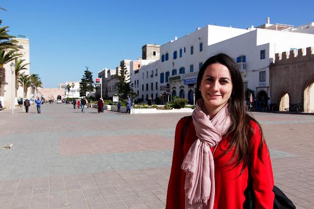 Lena en una de las calles principales de la medina de Essaouira