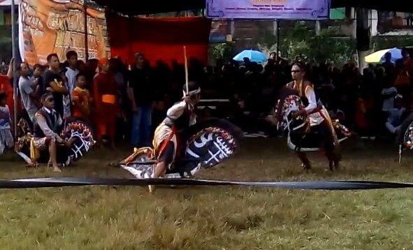 Aksi memainkan kesenian tradisional Ebeg Khas Jawa Tengah