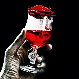taça com sangue, caveira humana e uma rosa
