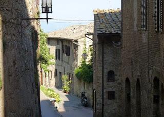 Izan y Joel por las calles de San Gimignano.