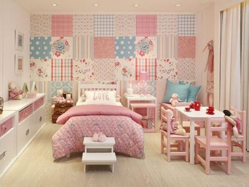 quarto para menina com patchwork rosa, branco e azul