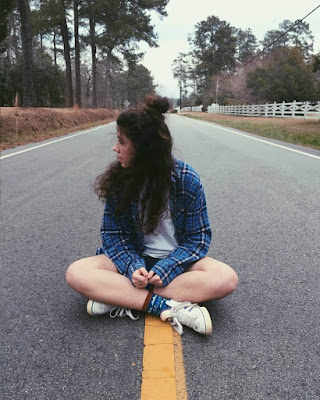 pose sentada en la carretera tumblr casual