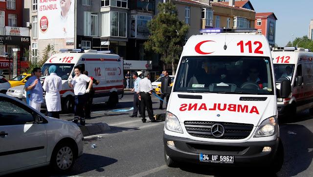 Pelo menos duas pessoas foram mortas e outras 16 sofreram ferimentos depois que um carro-bomba explodiu em frente a um prédio do governo na cidade meridional turca de Adana