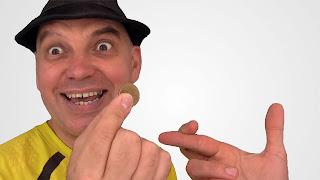 Sienta las monedas entre tus dedos. Tactile diplopia 04