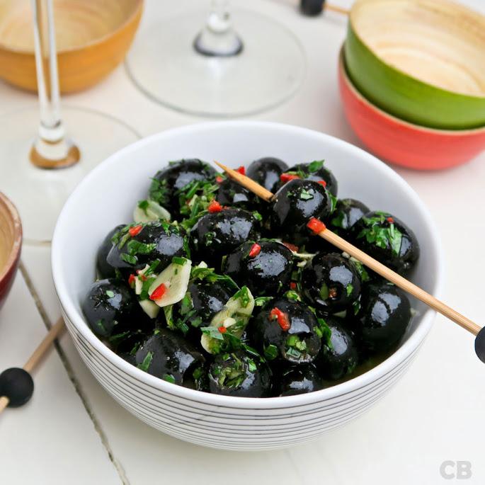 Kruidig gemarineerde zwarte olijven