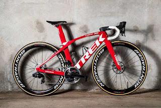 Una bici del Team Trek-Segafredo montata con il nuovo gruppo SRAM Red eTap AXS