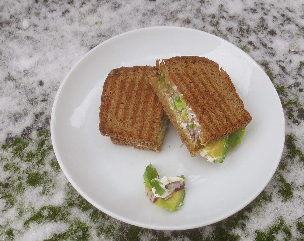 Schnelles Avocado-Ziegenfrischkäse-Sandwich