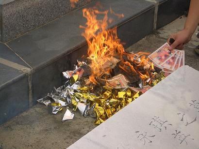 Quema de dinero y oro en un cementerio budista