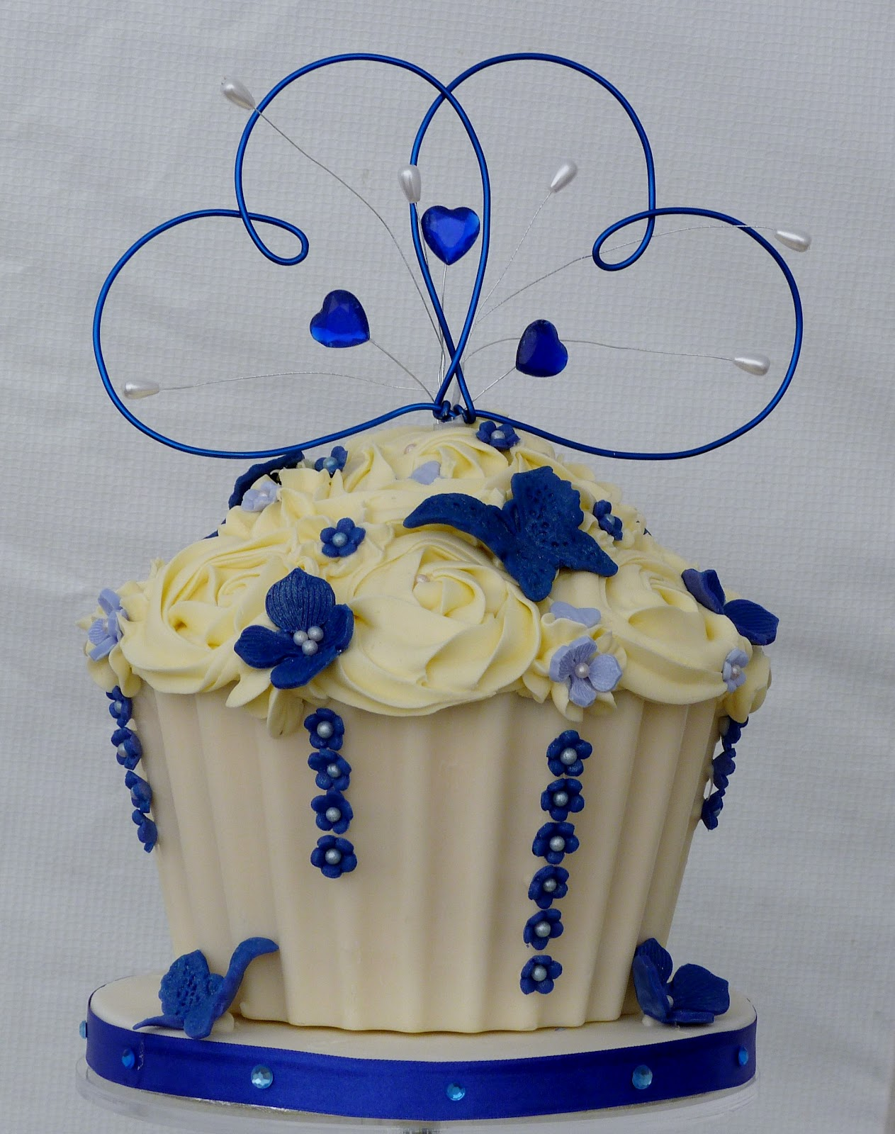 Small Cakes: Royal Blue and Ivory Wedding Cupcakes