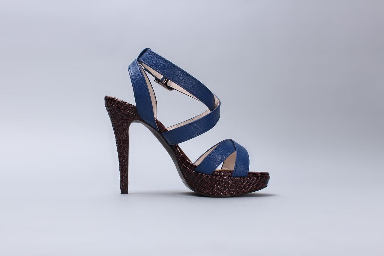 72f2256e1 Seus saltos, caracterizados por ocupar todo o corpo do sapato, conferem um  aspecto de beleza e sutileza ao estilo escolhido. Podem ser usados tanto em  ...