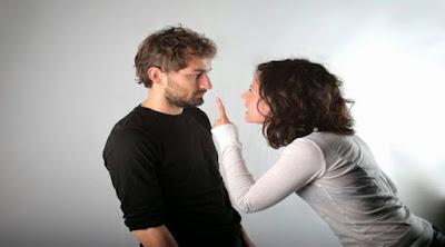 10 أشياء يفعلها الشباب وتكرهها الفتيات امرأة تصرخ فى رجل تتحكم مشاجرة توبخ controlling-women woman girl yell at man shout scream fight