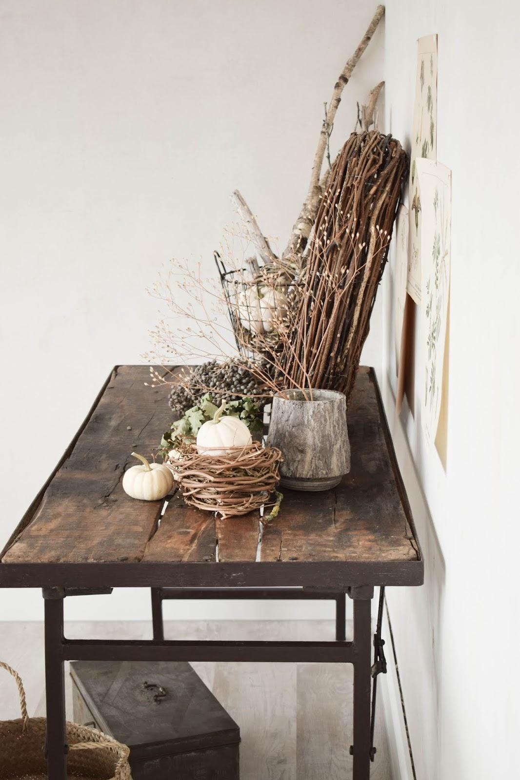 Herbstdeko für Konsole. Deko für den Herbst mit Kübrissen, Kränzen, Holz und botanischen Drucken. Dekoidee. Herbstlich dekorieren Wohnidee Sideboard Kürbis natürlich