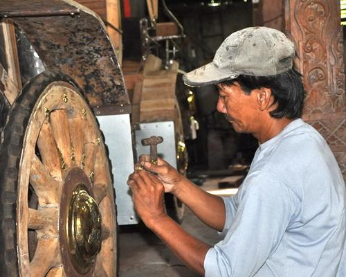 www.Tinuku.com Wiyanta craftsmen build luxury classic car made teak wood and engined Toyota Kijang 1990s