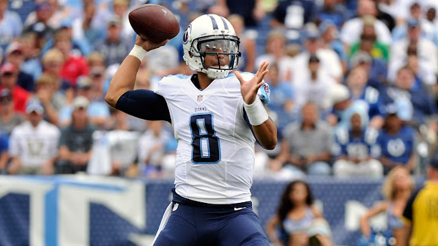 marcus mariota sur le point de lancer le ballon