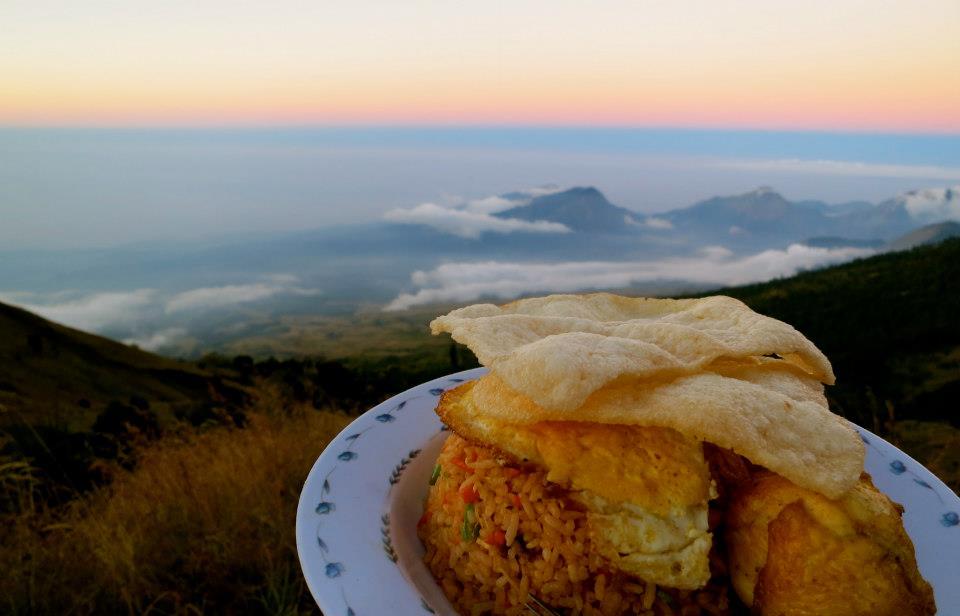 Sarapan Nasi Goreng sebelum mendaki ke puncak 3726 meter Gunung Rinjani