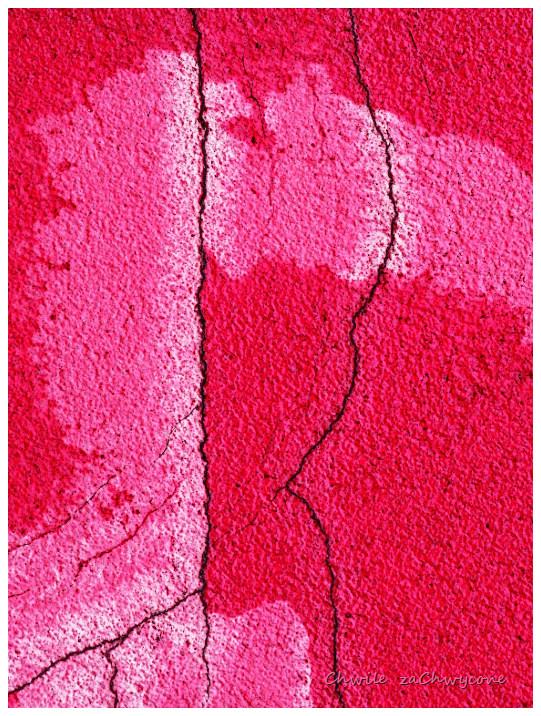 faktura muru, pęknięcia tynku, abstrakcja makro, różowa ściana