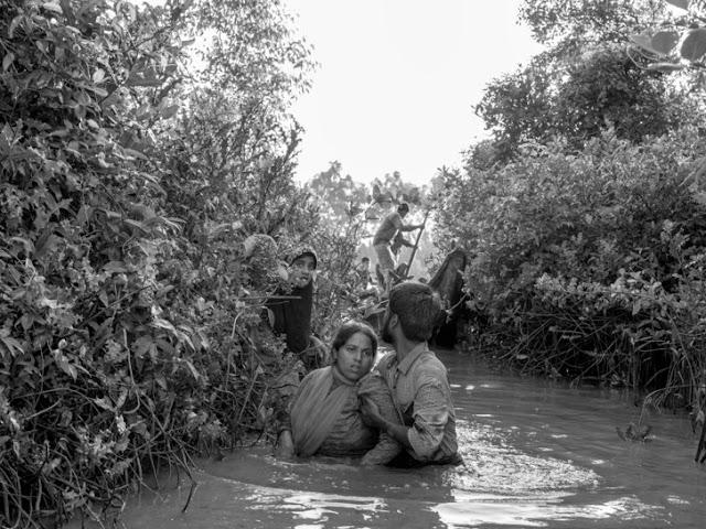 Rohingya po pas w wodzie uciekają przed prześladowaniami